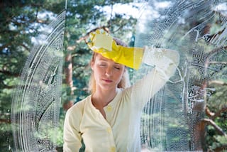 Fensterreinigung macht eine Frau mude www.preispasst.de/fensterputzen/