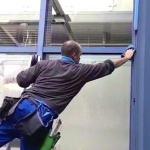 Fensterreiniger beim Rahmenwäsche https://preispasst.de/schaufensterreinigung