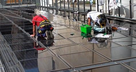 zwei fensterputzer in nuernberg beim reinigung einen glas-überdachung https://preispasst.de glasreiniger fuerth