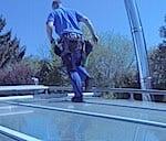 Fensterputzer-lauft-auf-glasdach-www.preispasst.de